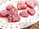Рецепта Домашни медени сладки с форма на сърца и глазура със захарни перли
